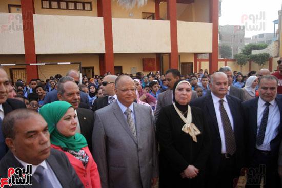 محافظ القاهرة يشارك طلاب مدرسة فى الزاوية تحية العلم (14)