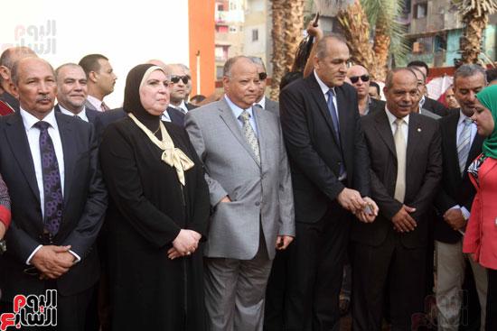 محافظ القاهرة يشارك طلاب مدرسة فى الزاوية تحية العلم (9)