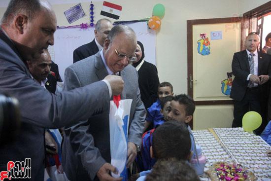 محافظ القاهرة يشارك طلاب مدرسة فى الزاوية تحية العلم (21)