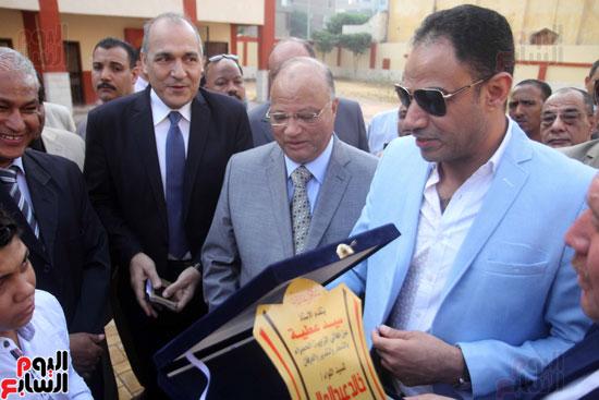 محافظ القاهرة يشارك طلاب مدرسة فى الزاوية تحية العلم (15)