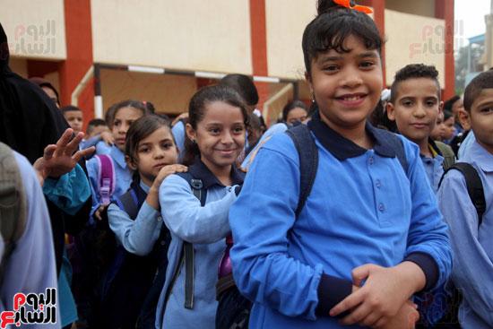 محافظ القاهرة يشارك طلاب مدرسة فى الزاوية تحية العلم (27)