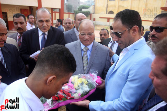 محافظ القاهرة يشارك طلاب مدرسة فى الزاوية تحية العلم (16)