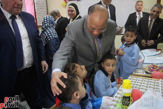 محافظ القاهرة يشارك طلاب مدرسة فى الزاوية تحية العلم (23)