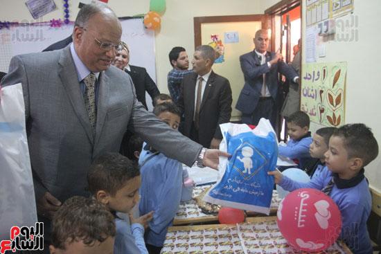 محافظ القاهرة يشارك طلاب مدرسة فى الزاوية تحية العلم (22)