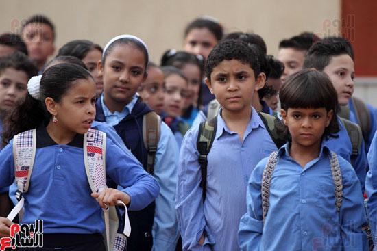محافظ القاهرة يشارك طلاب مدرسة فى الزاوية تحية العلم (1)