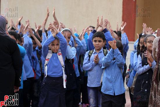 محافظ القاهرة يشارك طلاب مدرسة فى الزاوية تحية العلم (2)