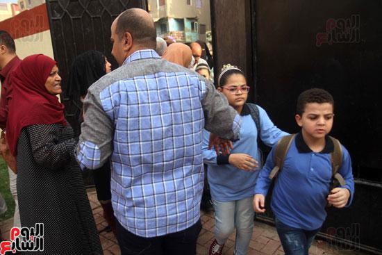 محافظ القاهرة يشارك طلاب مدرسة فى الزاوية تحية العلم (24)