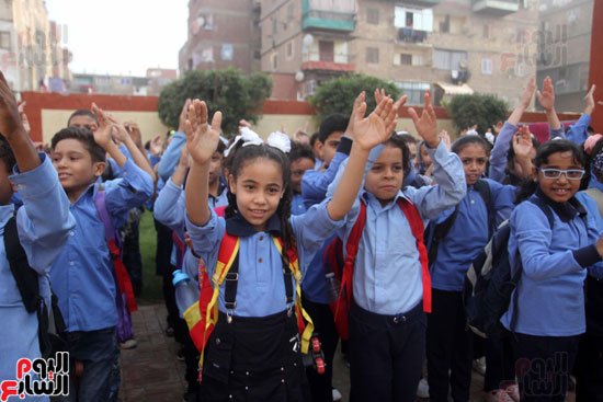 محافظ القاهرة يشارك طلاب مدرسة فى الزاوية تحية العلم (35)