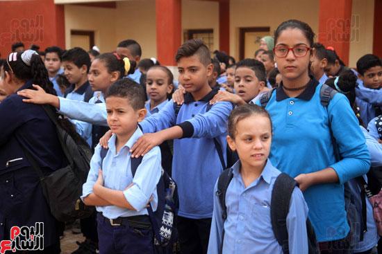 محافظ القاهرة يشارك طلاب مدرسة فى الزاوية تحية العلم (28)