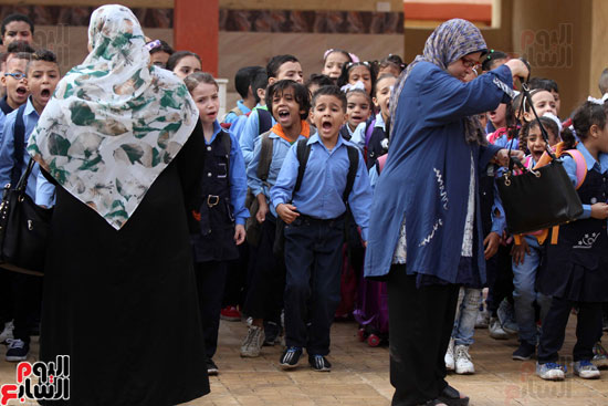 محافظ القاهرة يشارك طلاب مدرسة فى الزاوية تحية العلم (36)