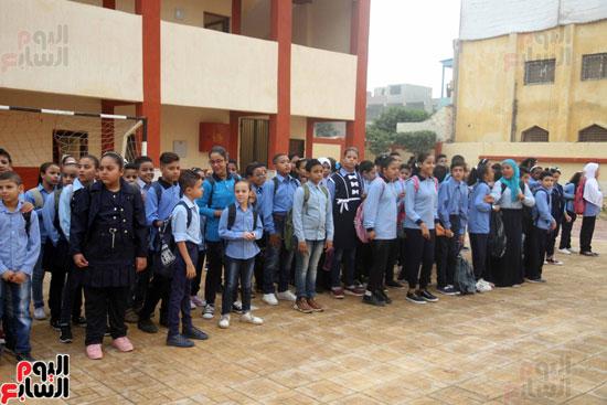 محافظ القاهرة يشارك طلاب مدرسة فى الزاوية تحية العلم (26)