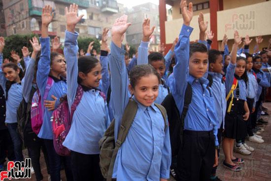 محافظ القاهرة يشارك طلاب مدرسة فى الزاوية تحية العلم (34)