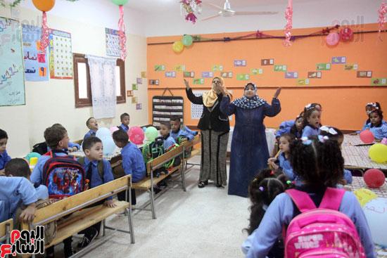 محافظ القاهرة يشارك طلاب مدرسة فى الزاوية تحية العلم (18)