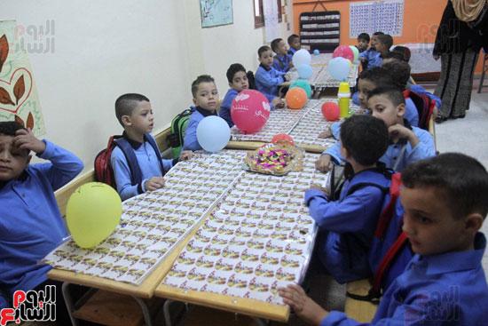 محافظ القاهرة يشارك طلاب مدرسة فى الزاوية تحية العلم (17)