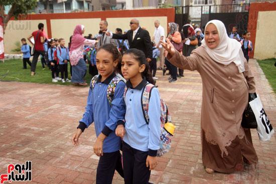 محافظ القاهرة يشارك طلاب مدرسة فى الزاوية تحية العلم (25)