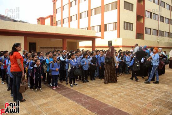 محافظ القاهرة يشارك طلاب مدرسة فى الزاوية تحية العلم (29)