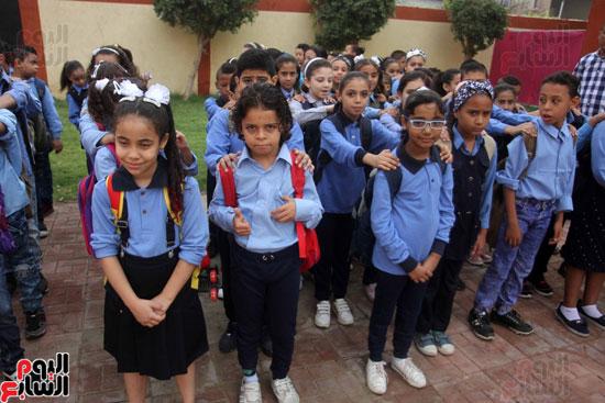 محافظ القاهرة يشارك طلاب مدرسة فى الزاوية تحية العلم (30)
