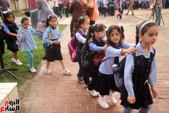 محافظ القاهرة يشارك طلاب مدرسة فى الزاوية تحية العلم (33)