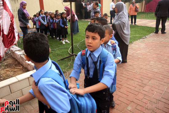 محافظ القاهرة يشارك طلاب مدرسة فى الزاوية تحية العلم (32)