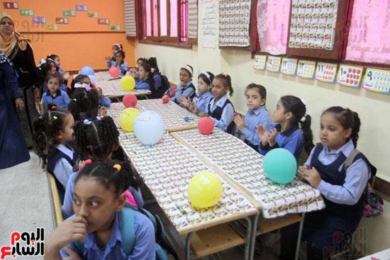 محافظ القاهرة يشارك طلاب مدرسة فى الزاوية تحية العلم (19)