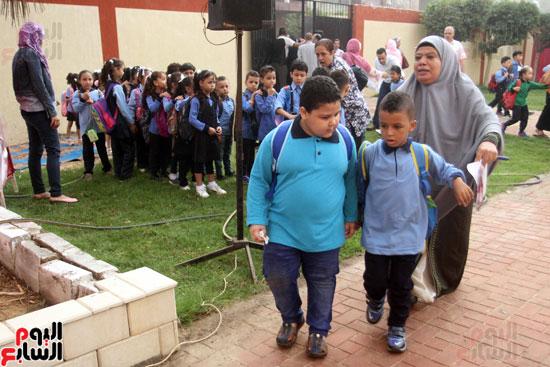 محافظ القاهرة يشارك طلاب مدرسة فى الزاوية تحية العلم (31)