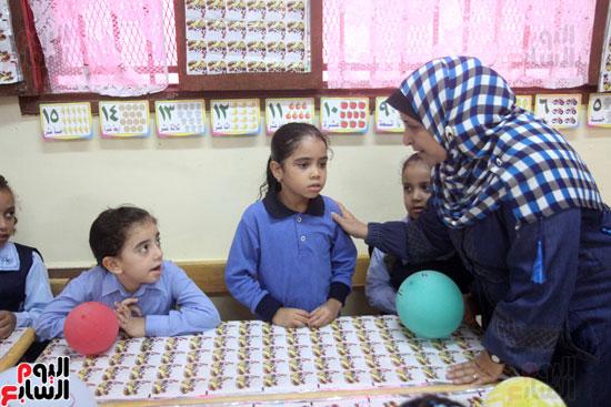 محافظ القاهرة يشارك طلاب مدرسة فى الزاوية تحية العلم (20)