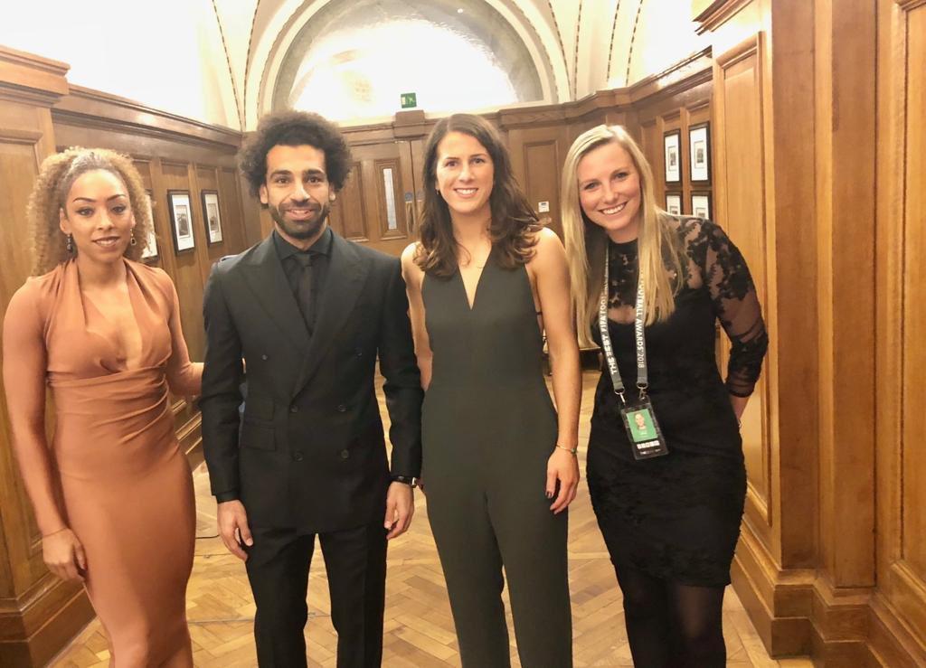 محمد صلاح مع لاعبات ليفربول