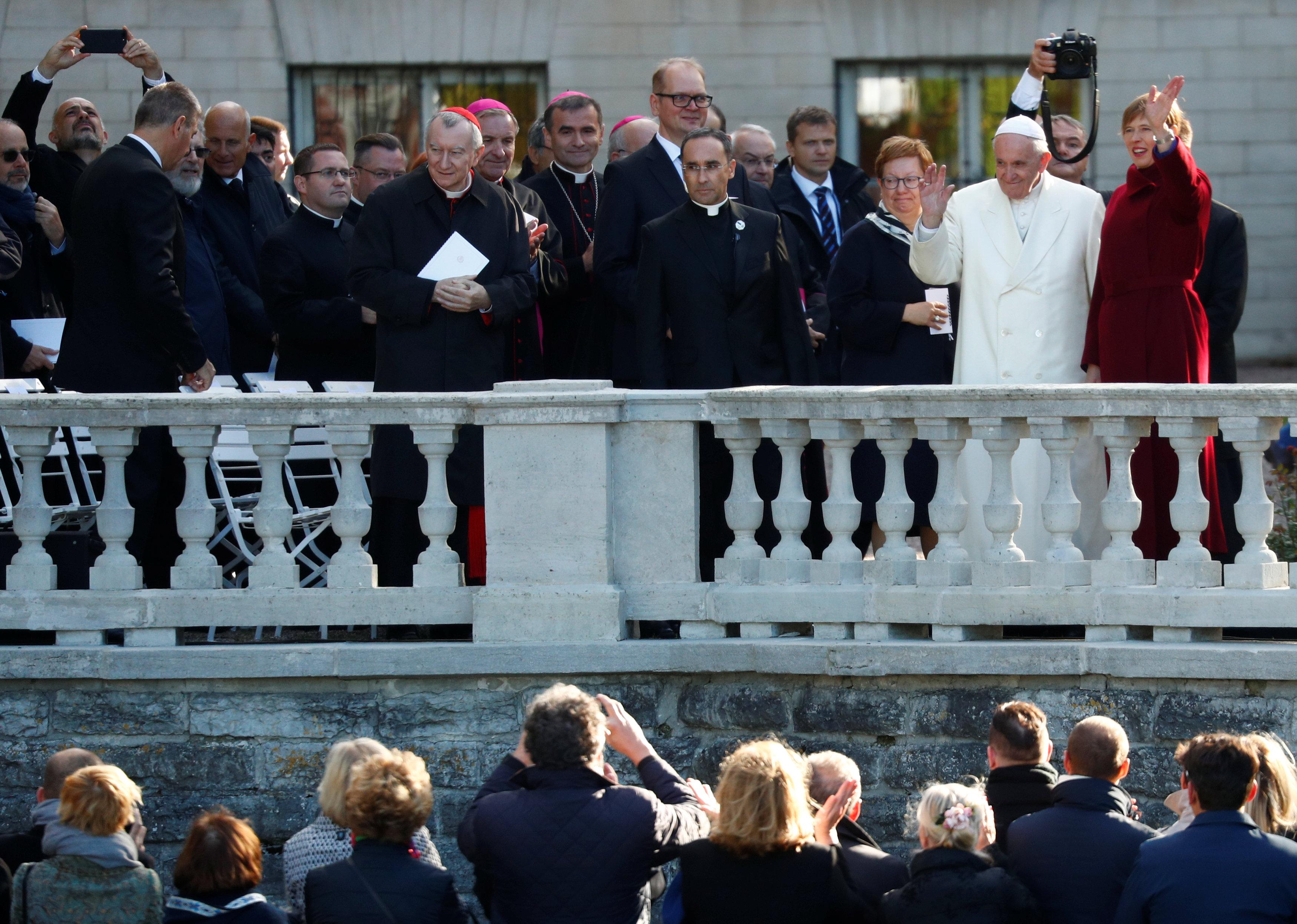 كيرستى كالجولد وبابا الفاتيكان يحيان الحضور