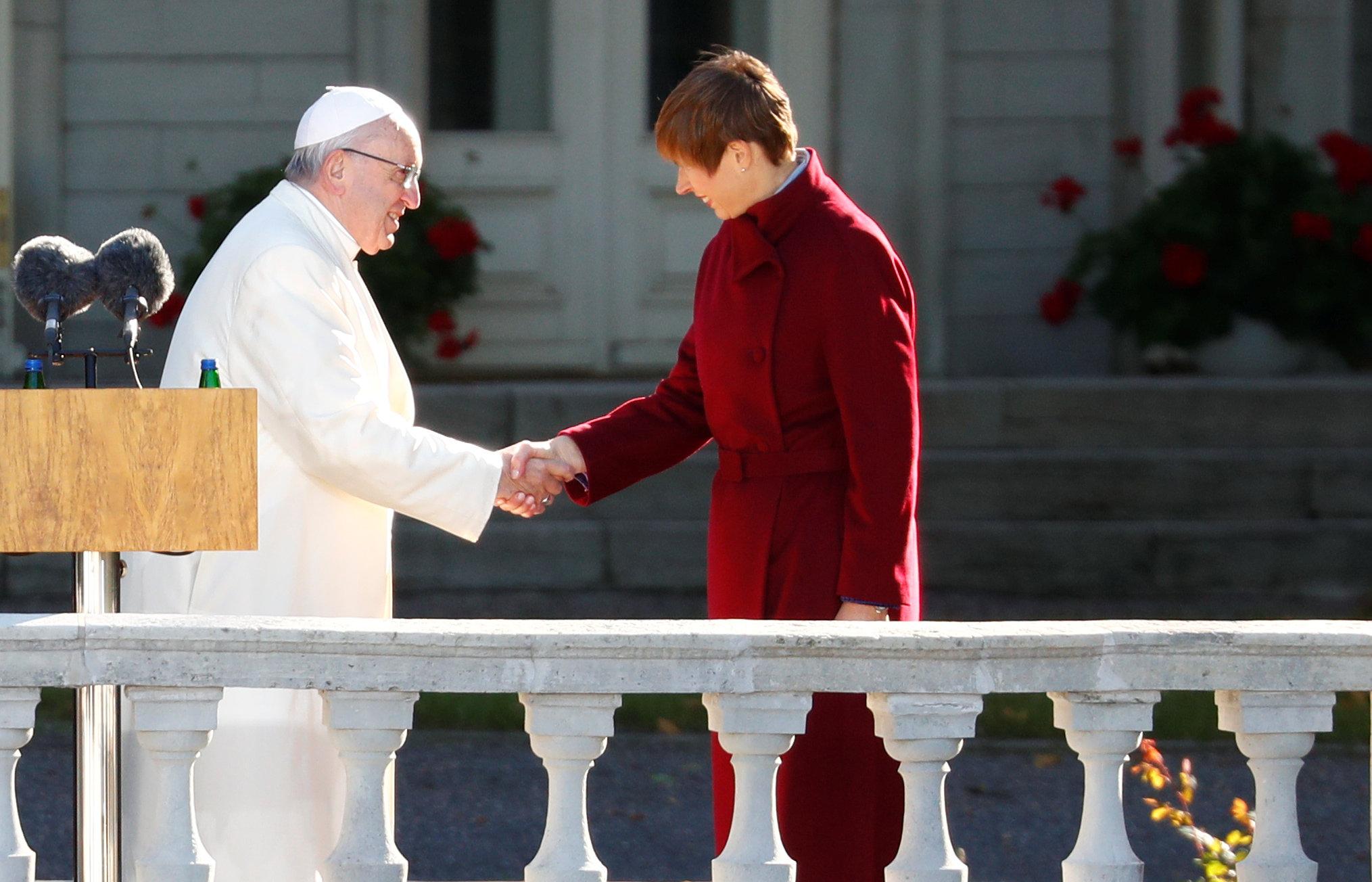 البابا فرنسيس يصافح رئيسة استونيا