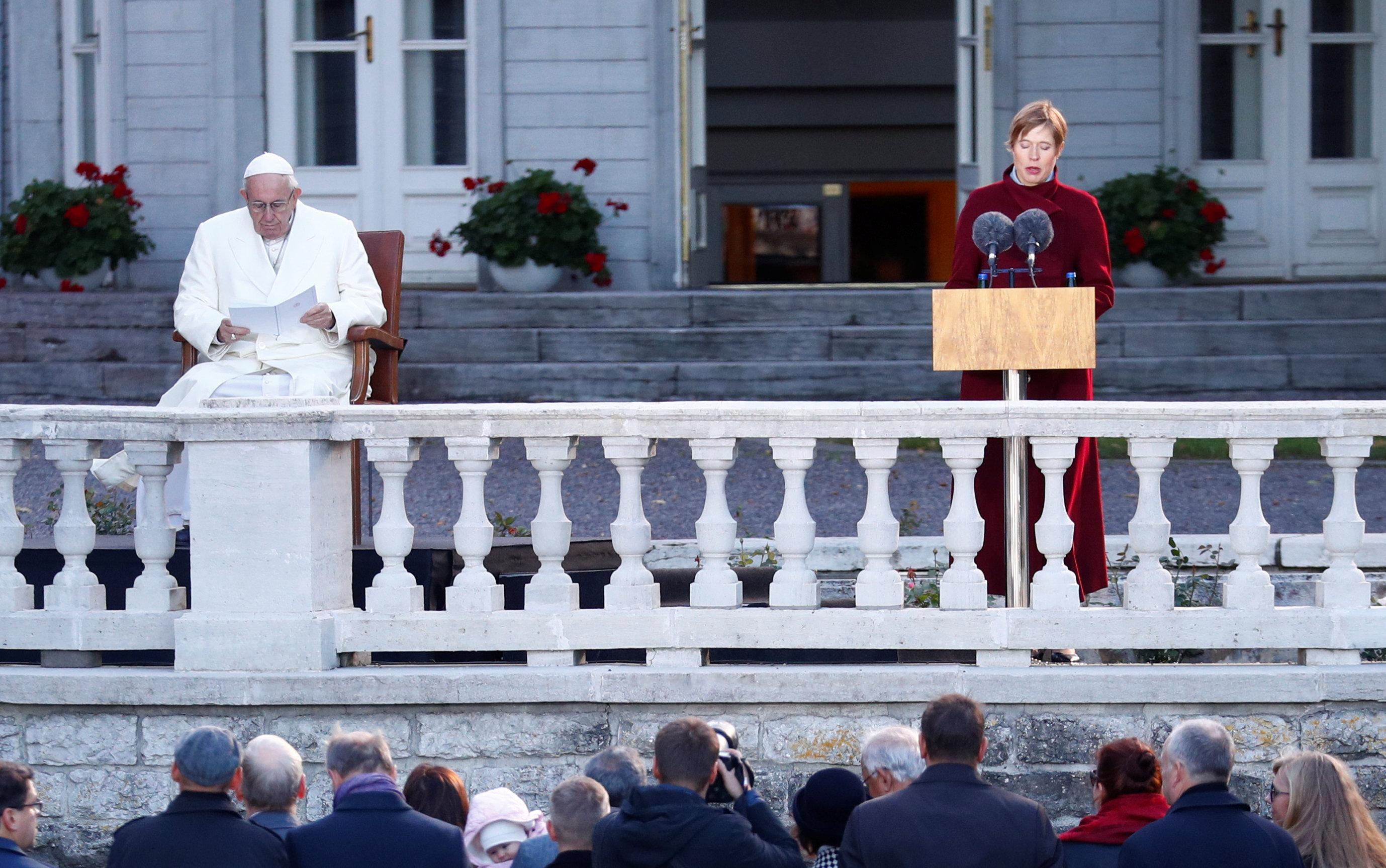 البابا فرنسيس والرئيس الإستونى كيرستى كالجولد يستقبلان السلطات الإستونية والقادة المحليين وممثلي السلك الدبلوماسى فى القصر الرئاسى
