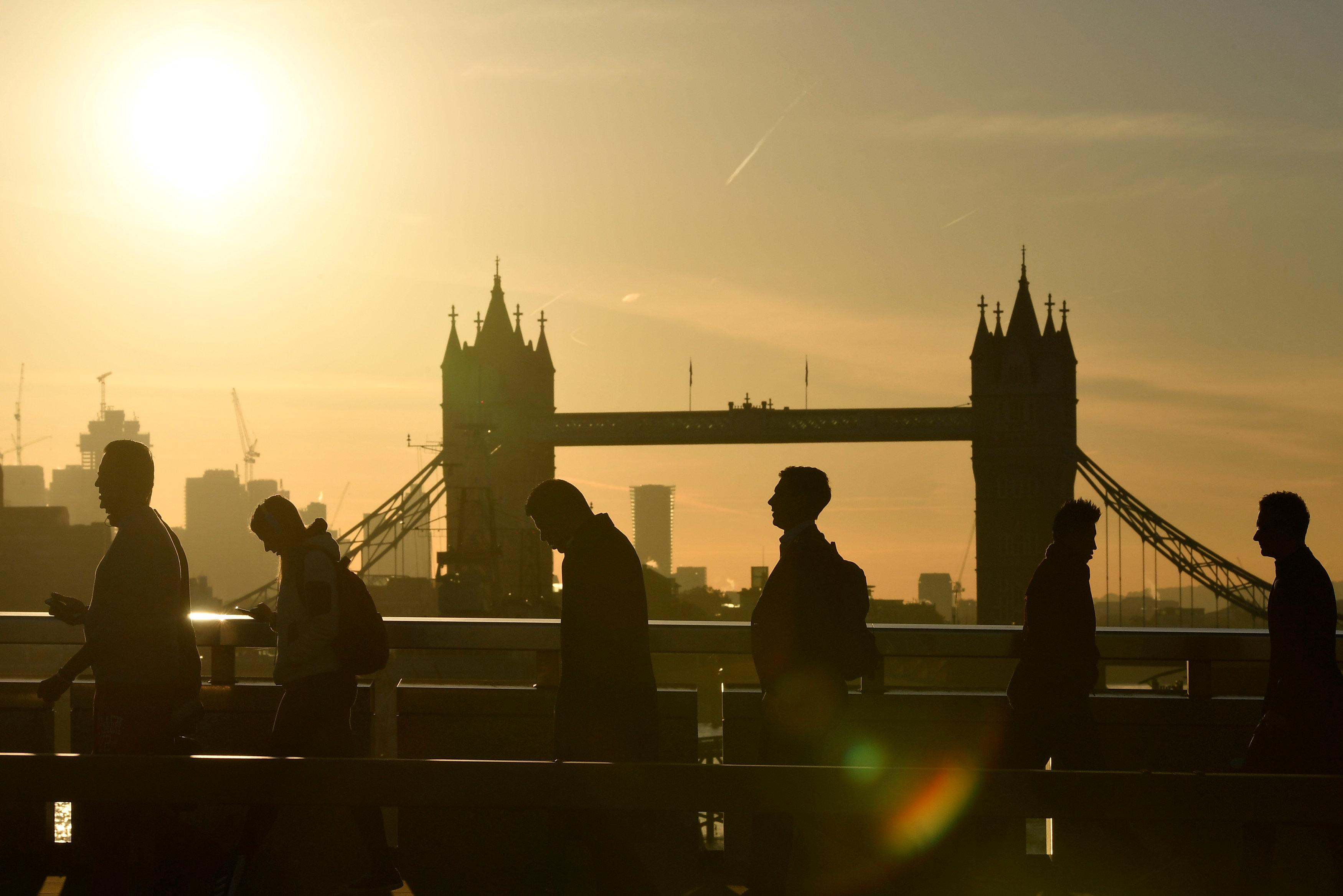 مع شروق الشمس يخرج موظفو بريطانيا إلى اعمالهم