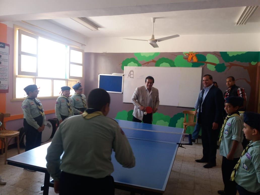 وزير التعليم العالى يلعب تنس الطاولة مع طلاب مدرسة الشروق  (1)