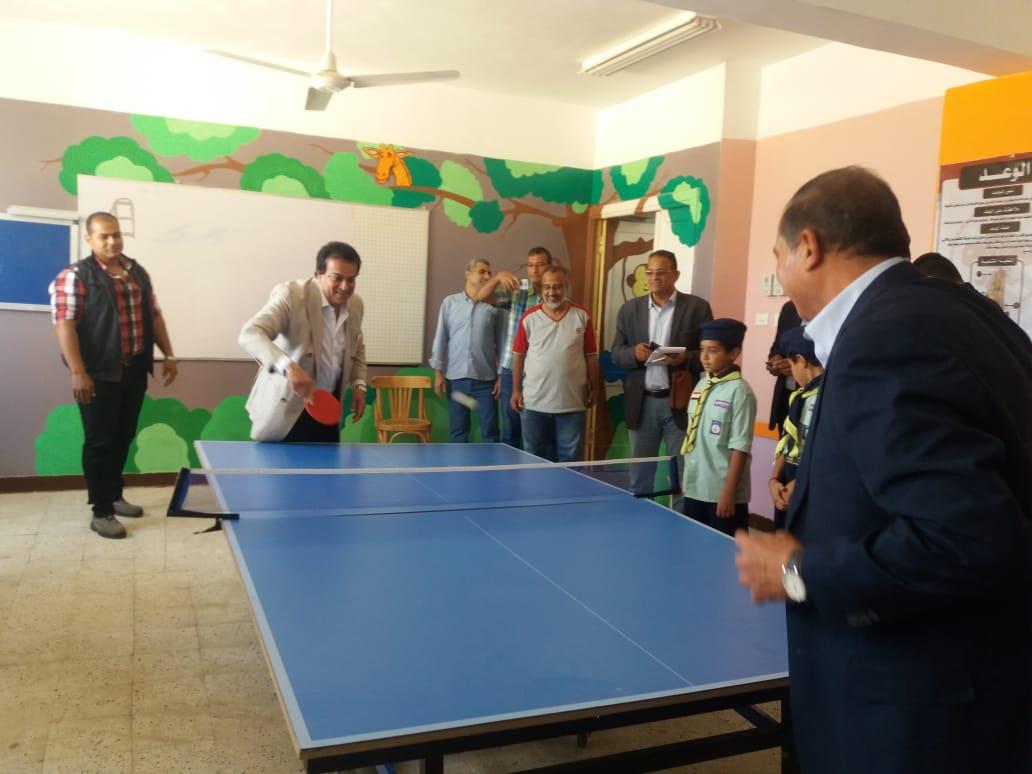 وزير التعليم العالى يلعب تنس الطاولة مع طلاب مدرسة الشروق  (3)