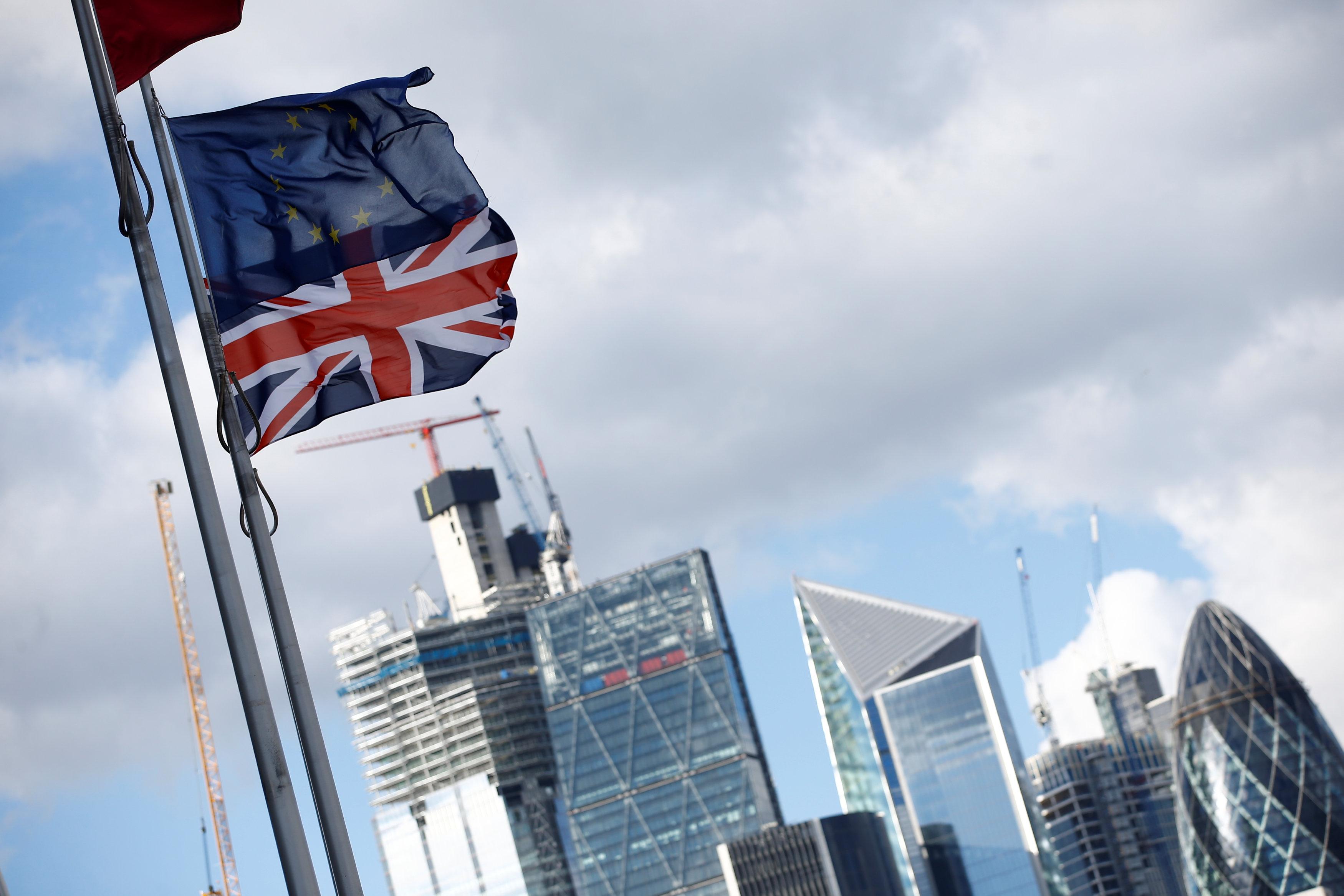 علما بريطانيا والاتحاد الأوروبى يرفرفان فى العاصمة البريطانية بانتظار ما يسفر عنه المستقبل