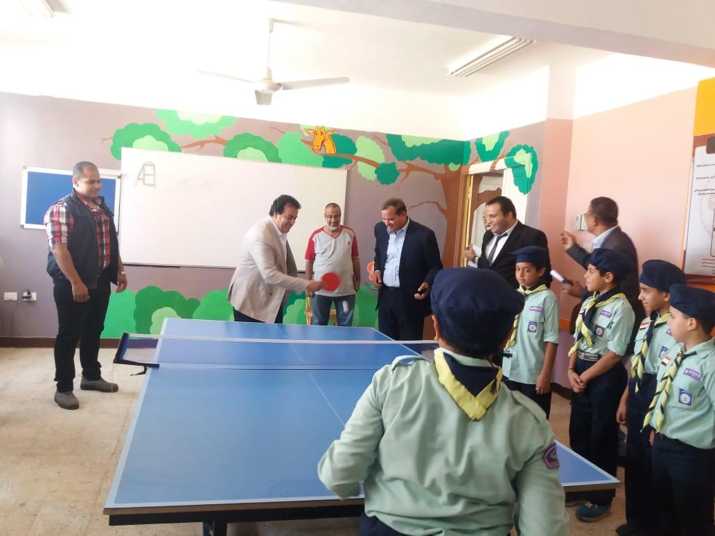 وزير التعليم العالى يلعب تنس الطاولة مع طلاب مدرسة الشروق  (2)