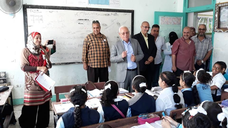 محافظ بورسعيد يتفقد مدارس حى الزهور (3)