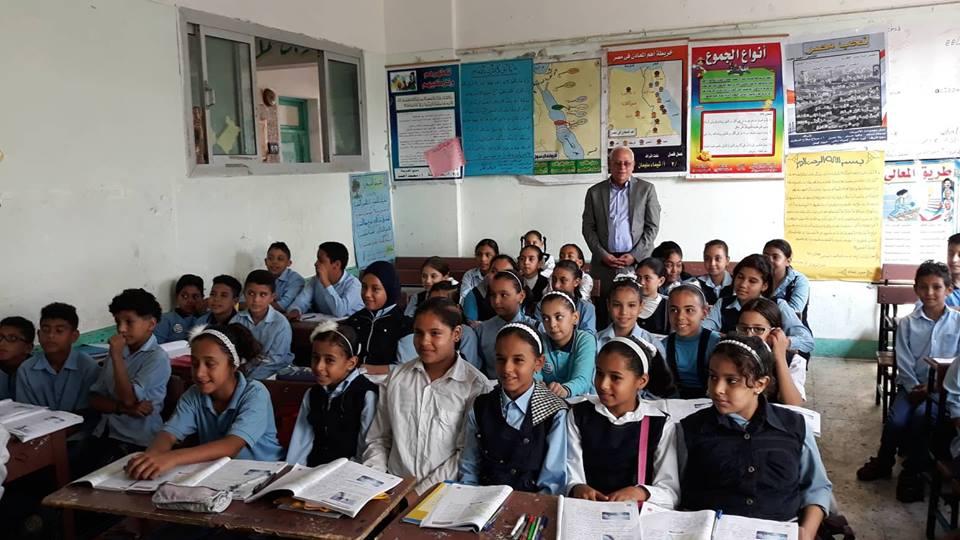 محافظ بورسعيد يتفقد مدارس حى الزهور (5)