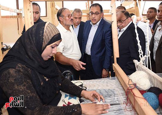 صور رئيس الوزراء يشيد بمشروع المجمع الصناعى للمرأة (6)