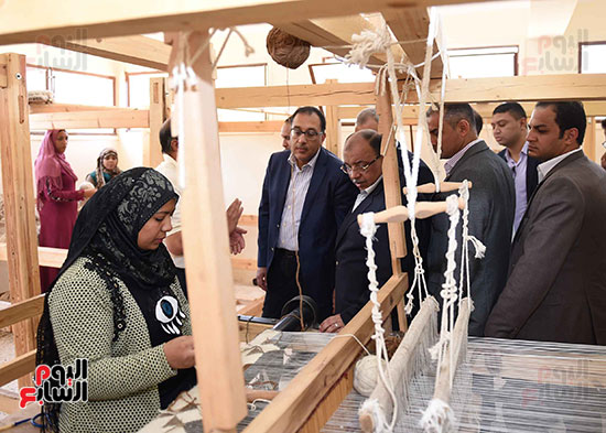 صور رئيس الوزراء يشيد بمشروع المجمع الصناعى للمرأة (8)