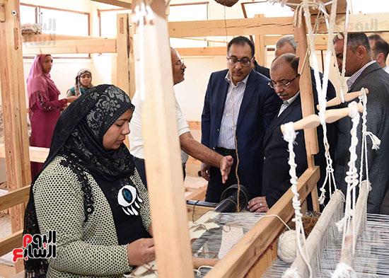 صور رئيس الوزراء يشيد بمشروع المجمع الصناعى للمرأة (7)