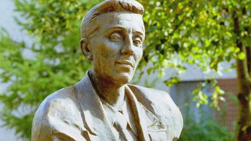 تمثال للكاتب ميخائيل زوشينكو