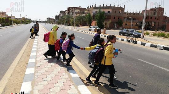قبل وقوع الكارثة.. طريق سريع ومصرف مكشوف يهددان حياة تلاميذ مدرسة بالداخلة صور (1)