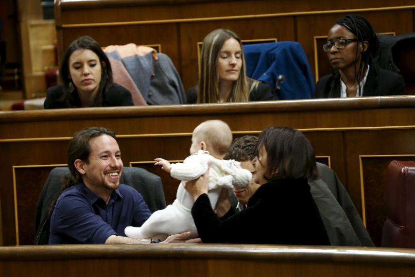 النواب فى البرلمان الإسبانى يلعبون مع الطفلة