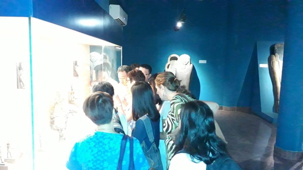 سائحين من  الصين واندونيسيا فى متحف ملوى (6)
