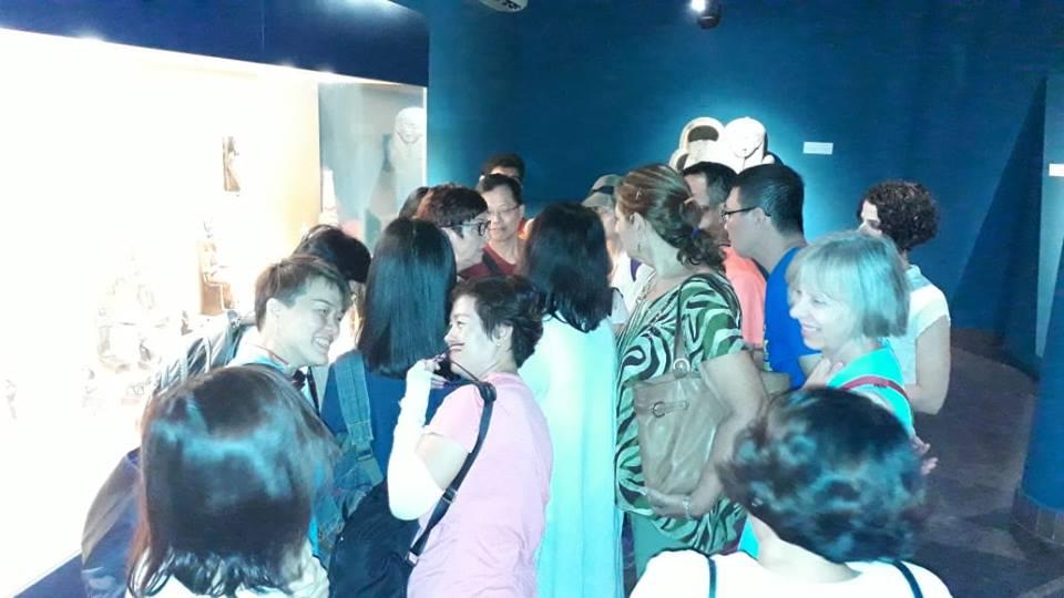 سائحين من  الصين واندونيسيا فى متحف ملوى (1)