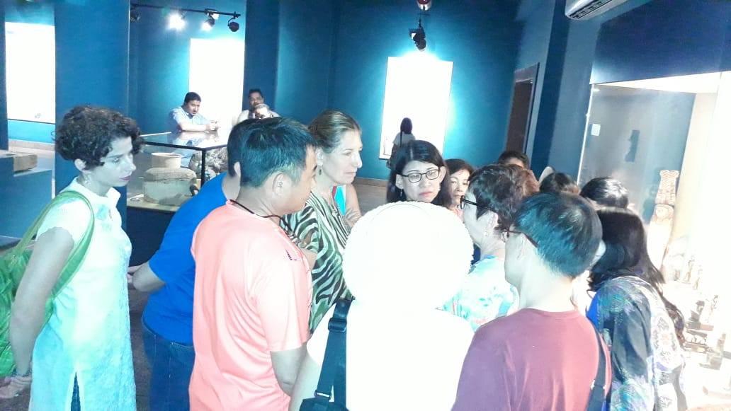 سائحين من  الصين واندونيسيا فى متحف ملوى (3)