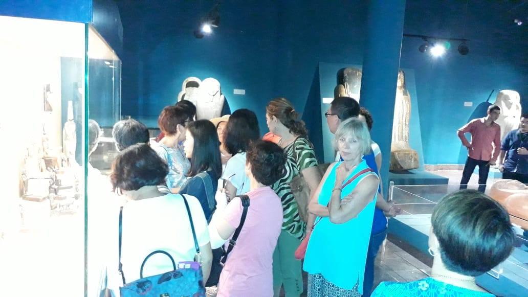 سائحين من  الصين واندونيسيا فى متحف ملوى (2)