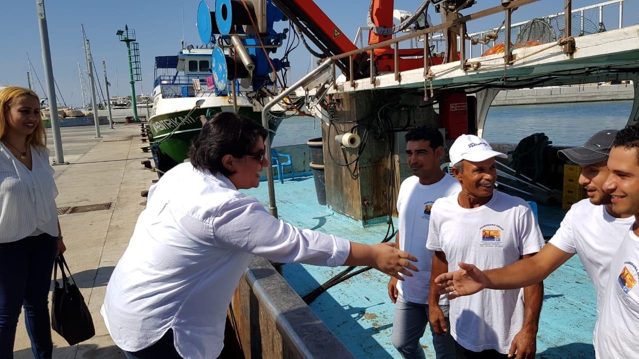 سفيرة مصر في قبرص مع صيادين مصرين
