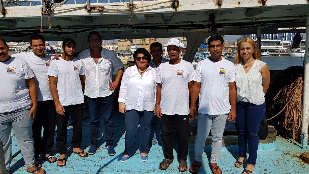 سفيرة مصر في قبرص مع الصيادين المصرين