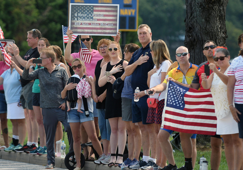 الأمريكيون يشاهدون مراسم دفن جون ماكين